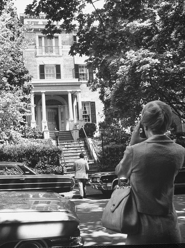 1476485444-syn-hbz-1476297203-jackie-kennedy-georgetown-home-1964-francis-miller